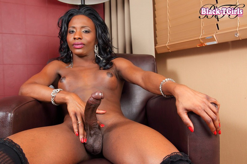 Curvy Ebony Tranny In Highheels Masturbating